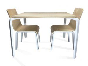 hoge kindertafel met twee stoelen