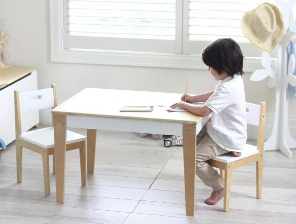 kindertafel en twee stoeltjes